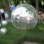 Зеркальный шар в саду